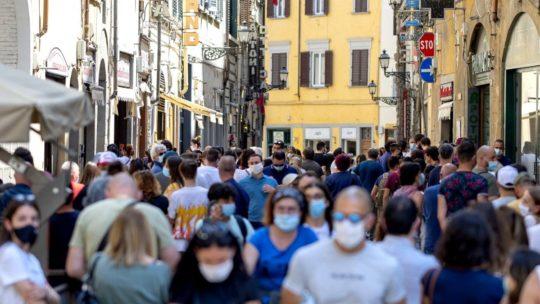 """Oms, nuove linee guida sulle mascherine: """"Da indossare nelle aree pubbliche"""""""