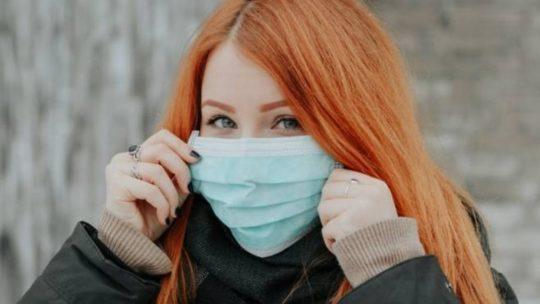 Mascherina anti-Covid: chi la indossa non mantiene le distanze