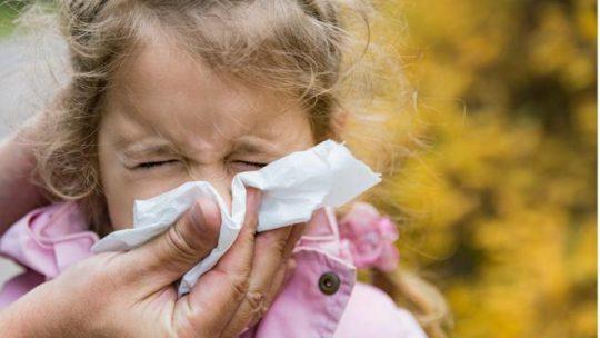 «Tosse, naso che cola, febbre: mio figlio ha il Covid?» Cosa fare e come distinguere i sintomi