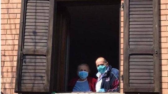 Come evitare il contagio in casa: igiene personale, micro abbracci e incontri in una «bolla»