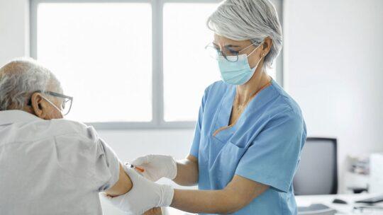 """Covid e pazienti fragili, gli esperti: """"Vaccinarli subito con gli over 80"""""""