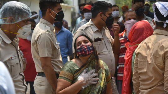 """Covid, Arundhati Roy sull'epidemia in India: """"Assistiamo a un crimine contro l'umanità"""""""