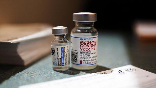 """Vaccino Covid, Fda: """"Sì a terza dose con Moderna e J&J"""""""
